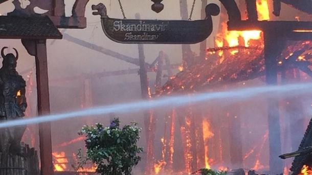 Großbrand im Europapark Rust: Die Ursache für das Feuer ist unbekannt, ebenso die Höhe des Schadens. (Quelle: t-online.de)